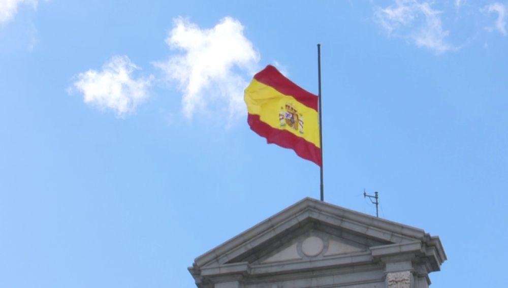 bandera a media hasta luto